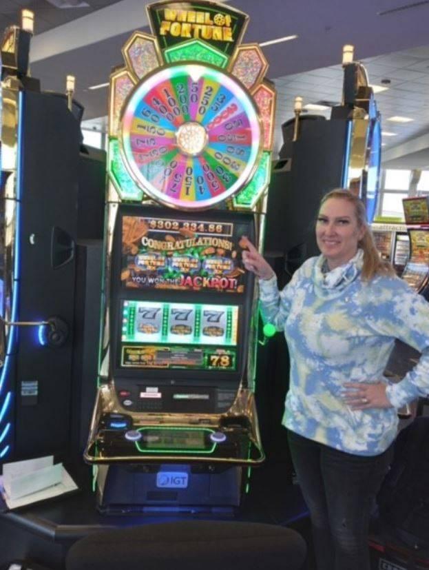 美國女子梅根(Megan H.)在賭城拉斯維加斯的麥卡倫機場等候班機返家,順手玩了吃角子老虎竟爽中30萬2000美元大獎。(圖擷自McCarran Airport推特)