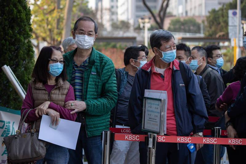 香港今開放登記接種科興疫苗,將有五類族群優先施打。圖為港民排隊接種疫苗。(歐新社)