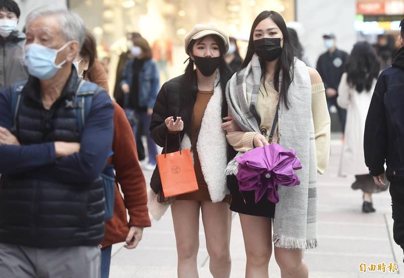 明日隨著冷空氣南下,北台灣氣溫將驟降10度,新竹以北、東半部轉有局部雨。週六及下週一也陸續有鋒面影響,中部以北天氣轉為多雨。(資料照)
