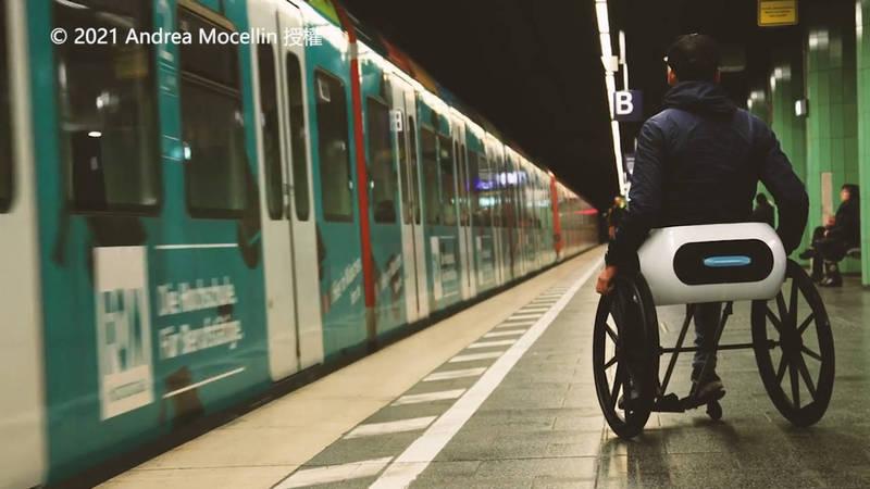 這款輪椅的設計理念是希望搭乘輪椅旅行能更便利。(© 2021 Andrea Mocellin 授權)