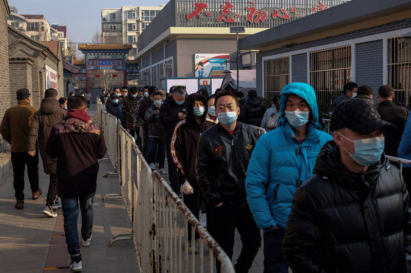 中國新增境外移入19例。圖為北京民眾排隊接種武肺疫苗。(歐新社)