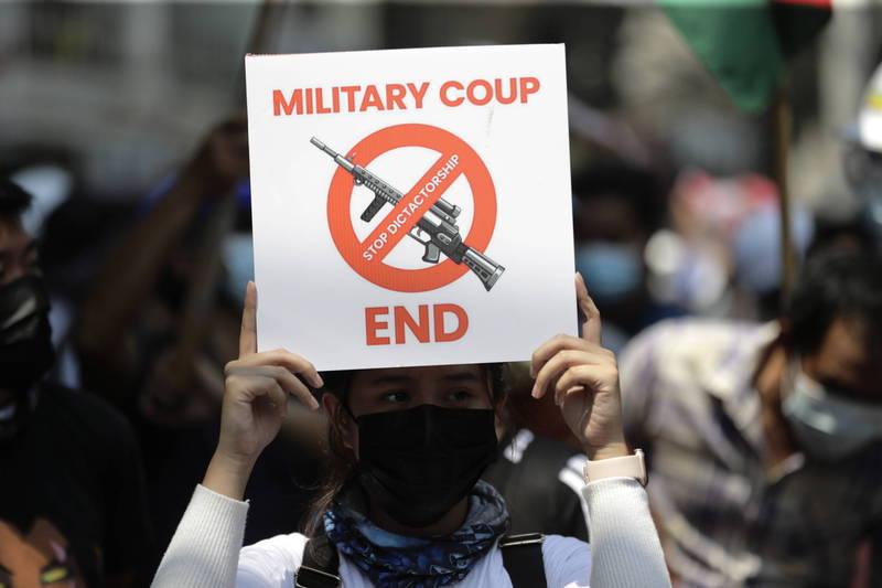 緬甸2月初發生軍事政變,針對民眾持續抗爭,緬甸軍警近日動用武力對付示威者,昨傳出有至少18人死亡、逾30人受傷。(歐新社)
