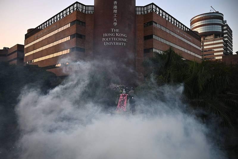 香港反送中運動期間,示威者與香港警方在香港理工大學爆發的包圍及衝突。(法新社)