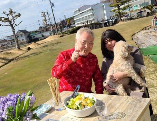 在日本享有盛名的整形名醫高須克彌(圖右)在推特發文「從今天起我只吃台灣生產的鳳梨」,沒想到此舉卻惹毛中國。(圖擷取自高須克彌推特)