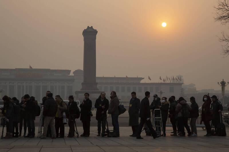 FCCC报告指出,中国政府利用防疫措施、恐吓和签证限制措施等手段,打压2020年的外媒报导,导致「媒体自由度急遽下降」。图为2016年外媒记者在北京人民大会堂外排队进场採访人大会议。(美联社)(photo:LTN)