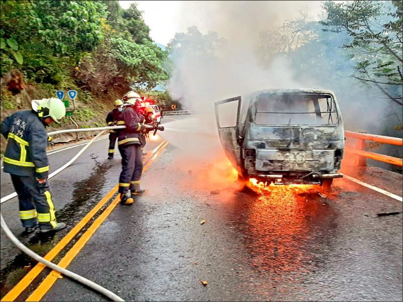 蘇花公路發生2車擦撞造成火燒車,影響交通。(記者江志雄翻攝)