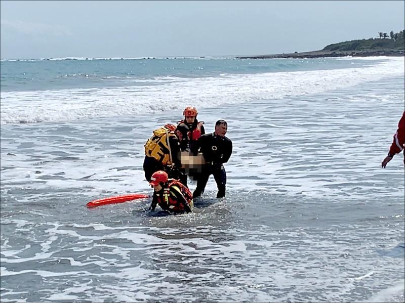 生被尋獲時已無生命跡象,搜救將其遺體抬運上岸。(海巡署一三岸巡隊提供)