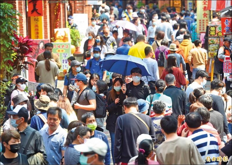 民眾把握好天氣出遊,深坑老街湧入大批人潮。外界憂心各景點人擠人,恐成防疫破口。 (記者簡榮豐攝)