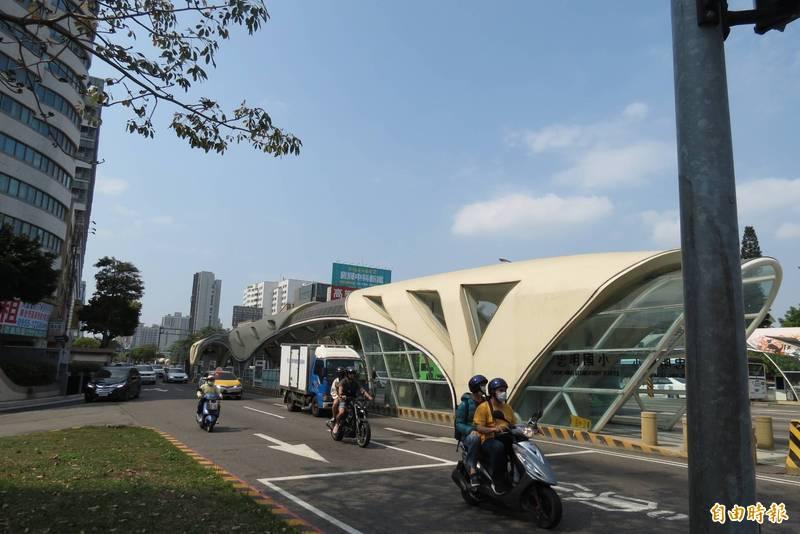 有民眾指出BRT站體改為米色,看起來陳舊、髒髒的。(記者蘇金鳳攝)