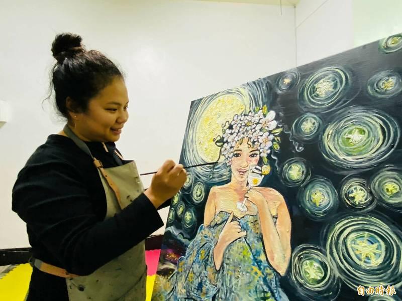 「台東新住民」Rita在畫作中享受無拘無束的自在與繽紛的色彩。(記者陳賢義攝)