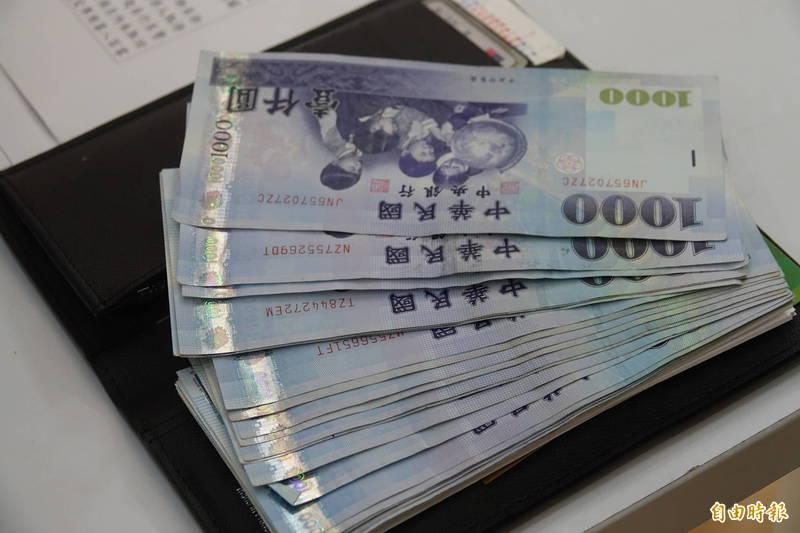 民眾撿到錢送到派出所,如果超過500元,員警就要上到警政署網站登錄。(記者劉曉欣攝)