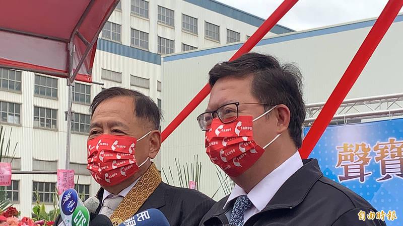 桃園市長鄭文燦(右)表示,自本周起將以3種方式來聲援鳳梨。(記者陳恩惠攝)