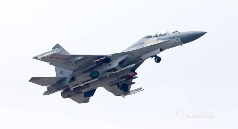 機腹掛載PL-15,翼尖掛載PL-10的殲-16戰機起飛訓練畫面曝光。(翻攝自微信)