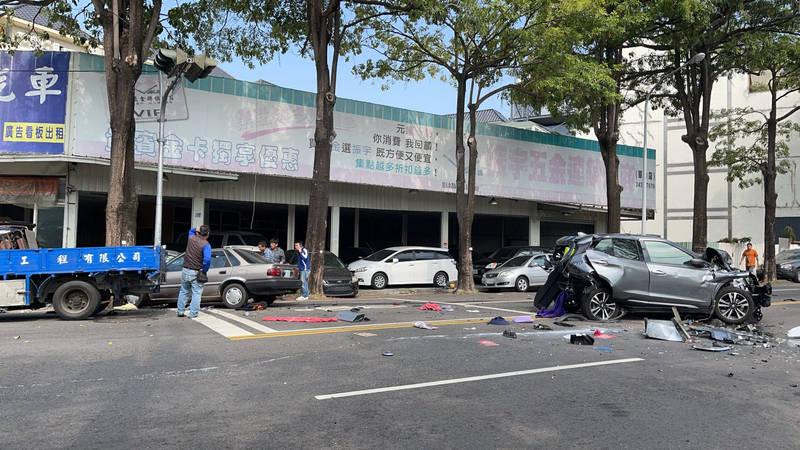 台中市上午發生一起連環車禍。(民眾提供)