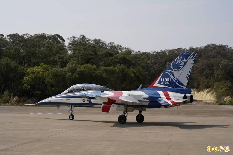 勇鷹高教機原型機滑行準備起飛。(記者涂鉅旻攝)