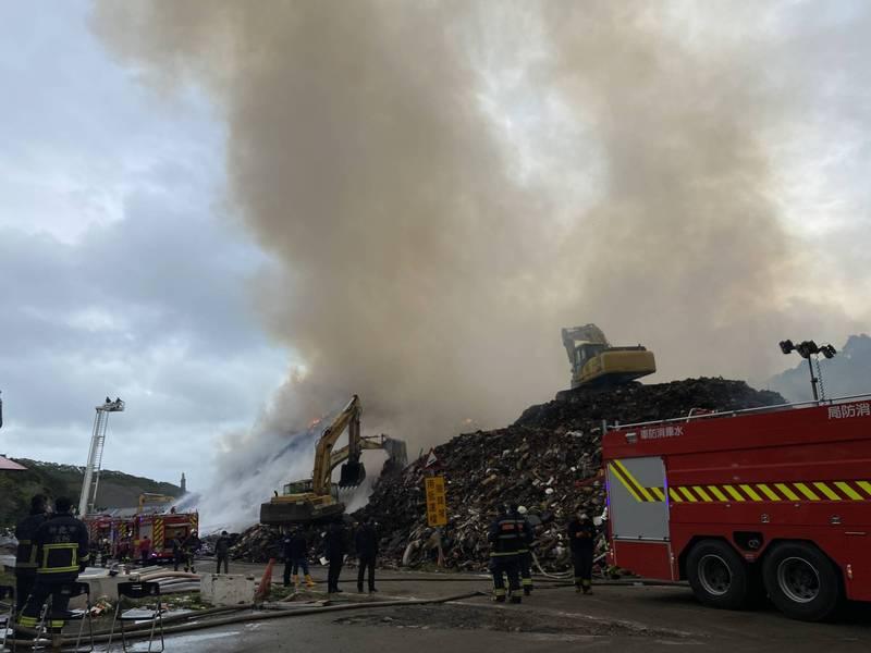 八里垃圾埋場繼續悶燒,消防局持續撲滅中。(環保局提供)