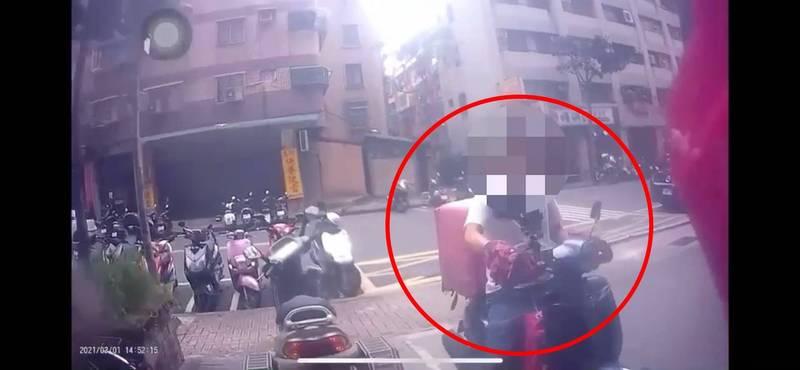 范女安全帽上的行車紀錄器拍下自己的車就在眼前被偷騎走的瞬間。(記者徐聖倫翻攝)