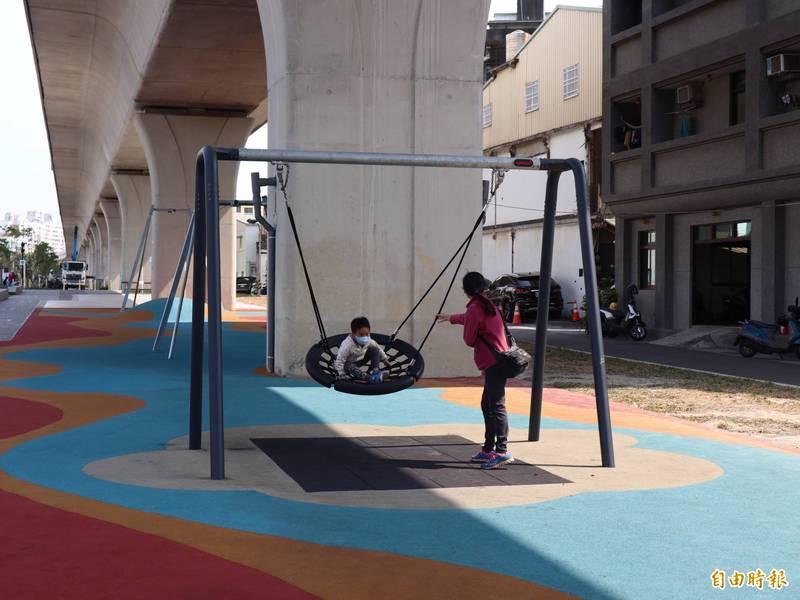 「綠空廊道」豐原區育才路段,打造12歲以下幼童遊憩設施,吸引家長帶小朋友到訪遊玩。(記者歐素美攝)