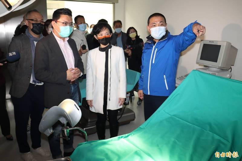侯友宜(右)參訪拍醫院影視專用實景棚內部。(記者翁聿煌攝)