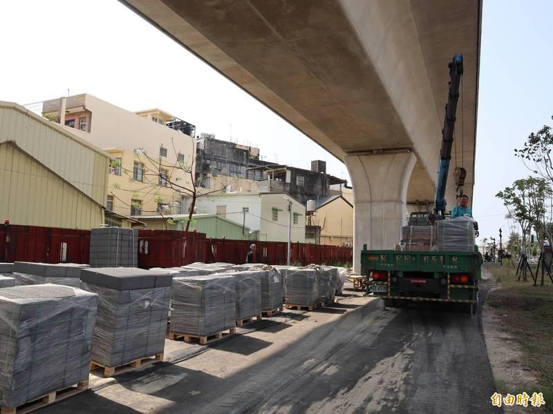 鐵路高架噪音擾人,鐵道局在豐原區雙龍街進行減噪工程。(記者歐素美攝)