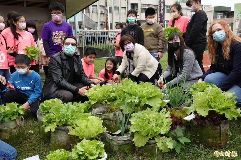 宜蘭縣公正教育農園今天歡喜收成。(記者江志雄攝)