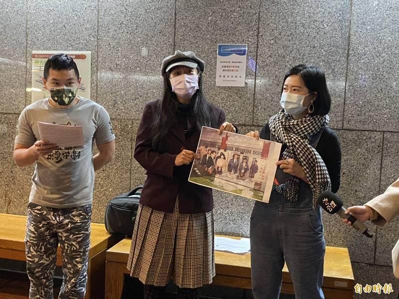 「台灣綠人」共同召集人郁良溎(左起)、「搶救台大鹿鳴堂」發起人林怡君、董鵬程的媳婦吳宜玟今至台北市政府抗議。(記者楊心慧攝)