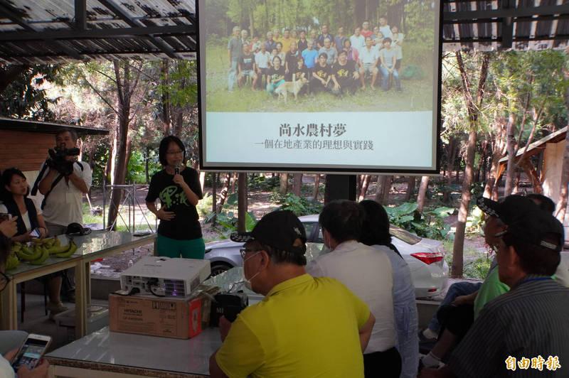 一群關心台灣農業問題的大學生來訪,吳音寧與其座談,談及這次「鳳梨事件」。(記者顏宏駿攝)