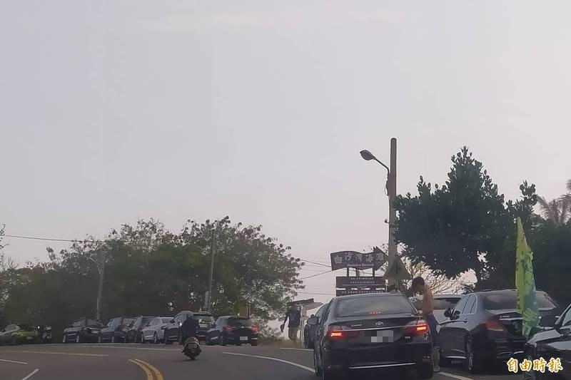 白砂停車場空蕩、路旁停到居民暴怒。(記者蔡宗憲攝)
