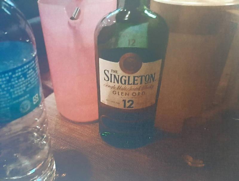 30歲張男自知沒有能力付帳,仍執意前往卡拉OK飲酒作樂,在店內點選7位小姐伴唱,還裝闊要求店家送上威士忌及小菜。(記者闕敬倫翻攝)