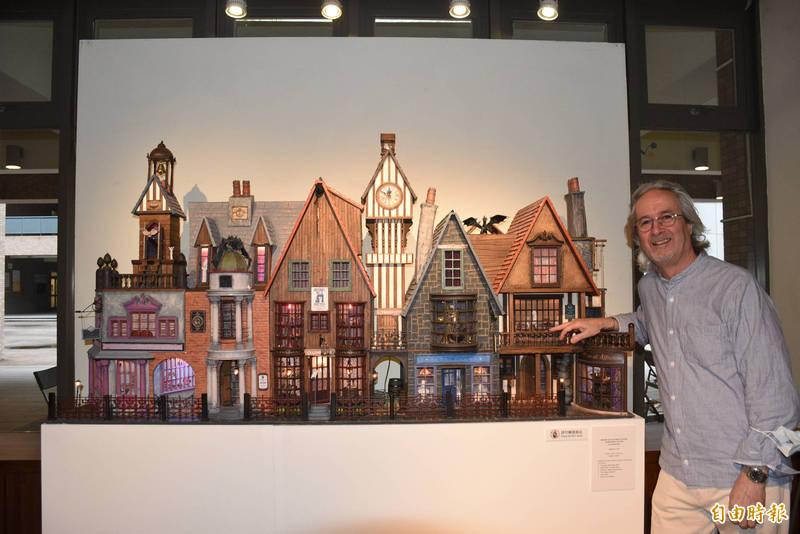 英國藝術家Gerry Welch在中原大學展出袖珍屋創作,圖為「哈利波特斜角巷」作品。(記者李容萍攝)