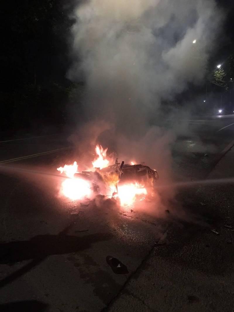 樹林四維路與環漢路五段交口,晚間發生機車與轎車擦撞車禍,機車被燒成殘骸。(民眾提供)