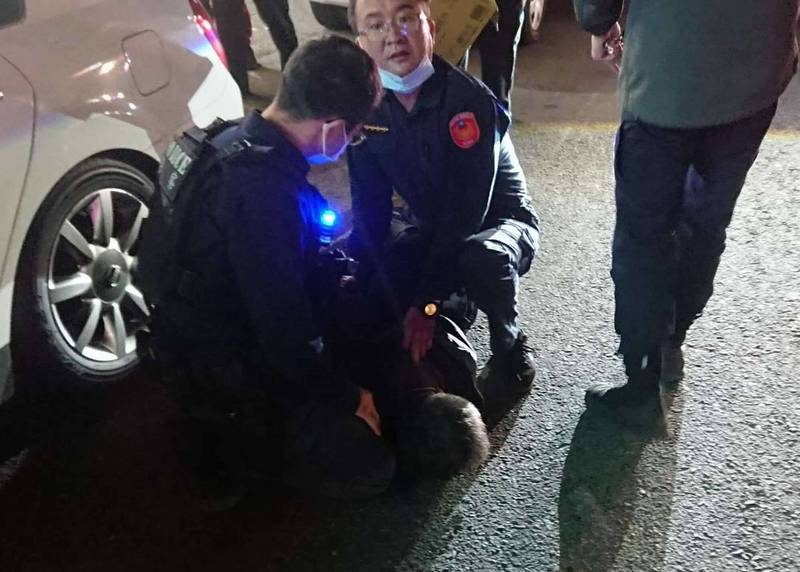 警匪從台中市一路狂追到彰化市區,蕭男一度開車衝撞警車,警方開槍後活逮蕭男壓制在地。 (民眾提供)