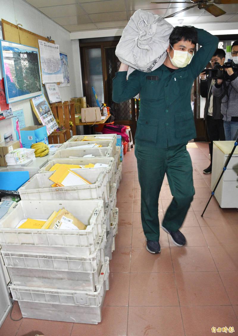 珍愛桃園藻礁總部近午收到郵差送來24大箱、超過2000件以上的包裹連署書。(記者李容萍攝)
