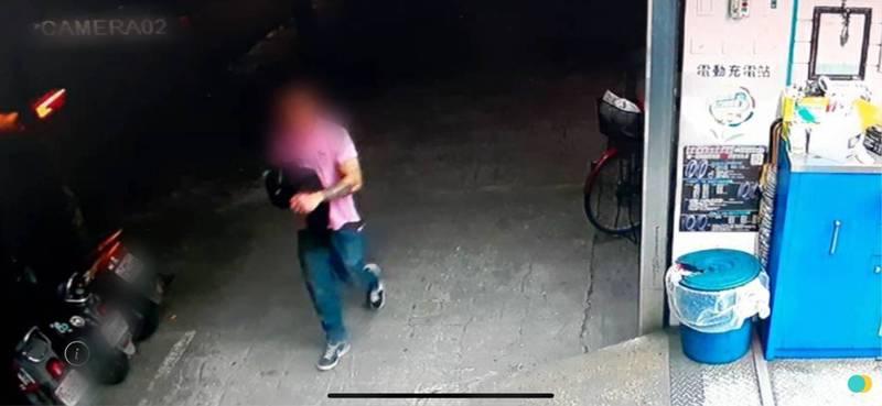 穿著粉色上衣的嫌犯行搶後,將背包丟棄。(民眾提供)