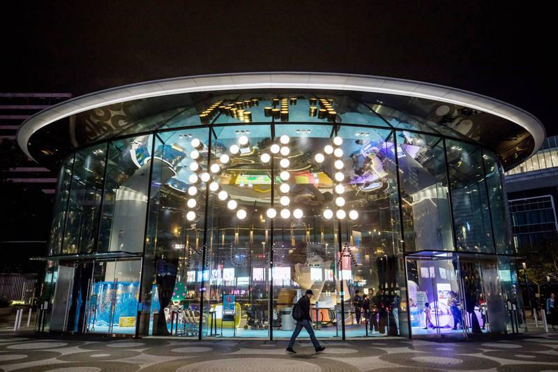 香港購物中心「K11 MUSEA」餐廳「名潮食館」爆發疫情,疫情專家袁國勇指出餐廳通風設備不佳,空氣流動量低。(資料照,彭博)