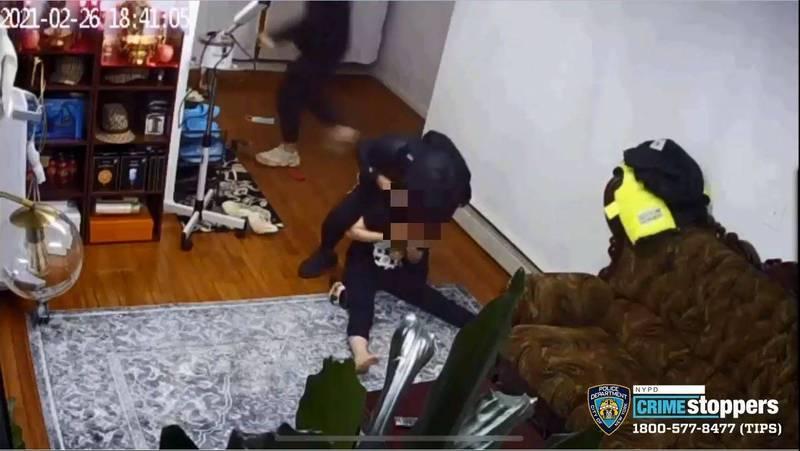 一名歹徒持槍抵住被害人腦門,另一名歹徒趁機行搶。(翻攝紐約警方公開畫面)