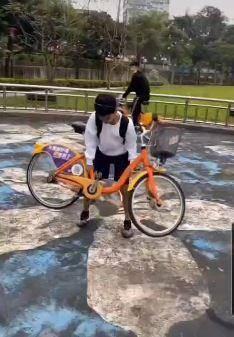 網友上傳影片,有小孩子在公園內任意破壞YouBike單車。(圖擷取自爆料公社)