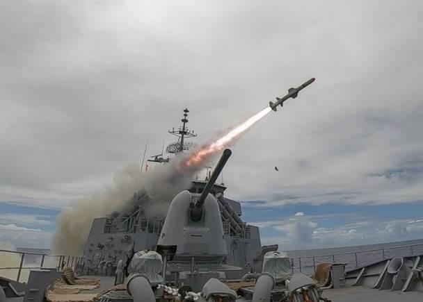 美國海軍前軍官認為,美軍應該部署更反艦飛彈,瞄準侵犯台灣的解放軍。圖為魚叉反艦導彈從美軍斯圖爾特號驅逐艦發射。(翻攝自美國海軍太平洋艦隊臉書)