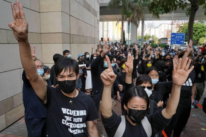 羅冠聰今在臉書表示,香港曾有多次政治犯審訊被稱為「港版美麗島」,然而昨日是「最接近的一次」。圖為昨日在西九龍法院外的聲援群眾。(路透)