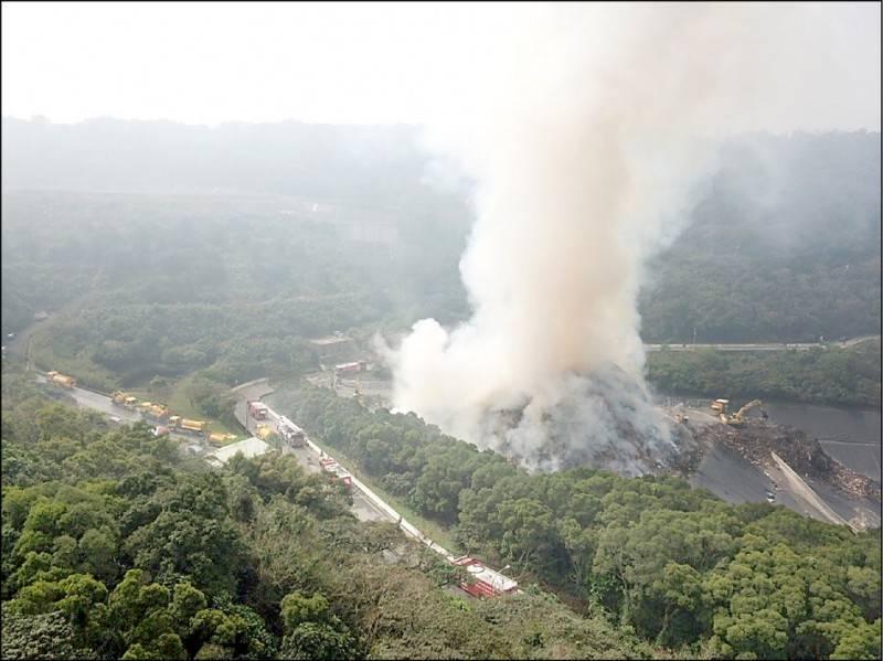 八里垃圾掩埋場前天發生火警,大量濃煙冒竄到天際,造成附近空氣品質不良。(圖由新北市消防局提供)
