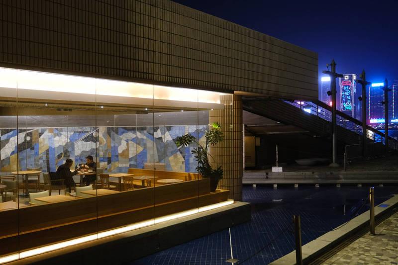 香港昨增14例確診,尖沙咀餐廳群聚累計48人中鏢。示意圖,非涉疫餐廳。(彭博社)