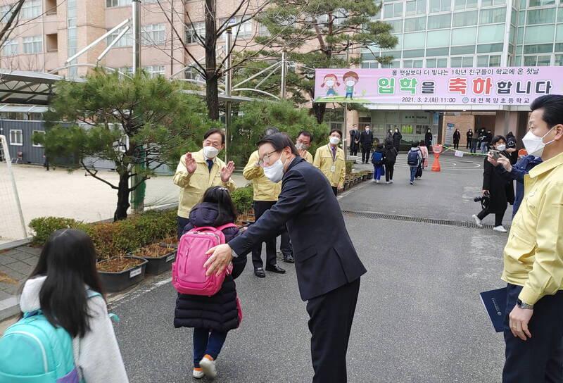 南韓中央防疫對策本部今通報,截至零時新增344例武漢肺炎(新型冠狀病毒病,COVID-19)確診個案。圖為南韓小學生今開學到校上課。(歐新社)