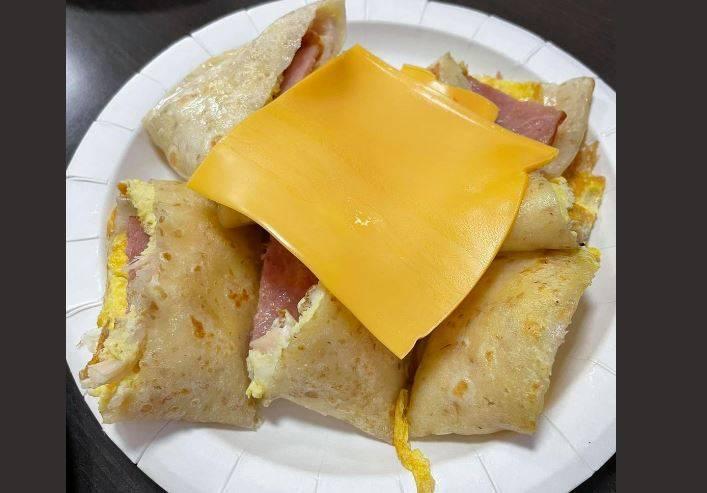 原PO分享點燻雞培根蛋餅加起司,早餐店將「整塊起司」放蛋餅上,引起網友討論。(圖擷取自「爆怨公社」)