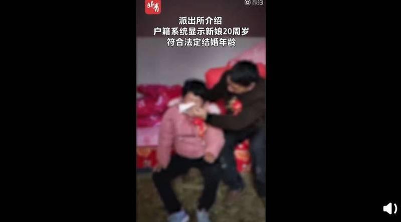 中國22歲智能障礙女孩,疑似被迫嫁給55歲大叔,不斷哭泣。(圖擷取自微博)