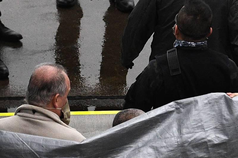 美國政府今天凌晨在波斯頓機場將60歲的陸軍特種部隊退役軍人泰勒(左)及他28歲的兒子彼得(Peter Taylor )交給日本檢方。(法新社)