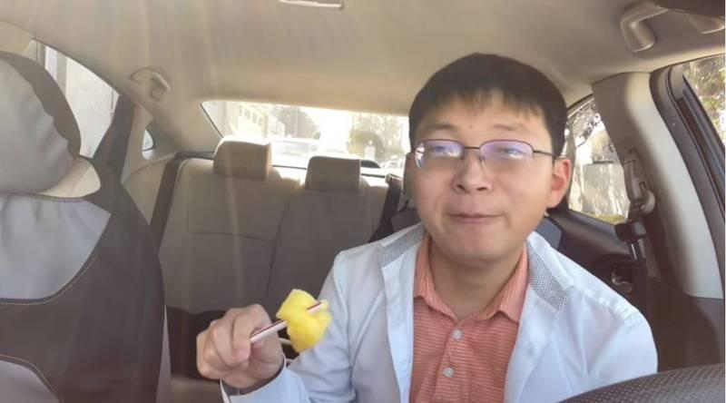 「江蘇小哥」大啖鳳梨力挺台灣,並諷刺「中共是真正的台獨分子」,直指中國根本是免費幫台灣鳳梨打廣告。(圖擷取自YouTube)