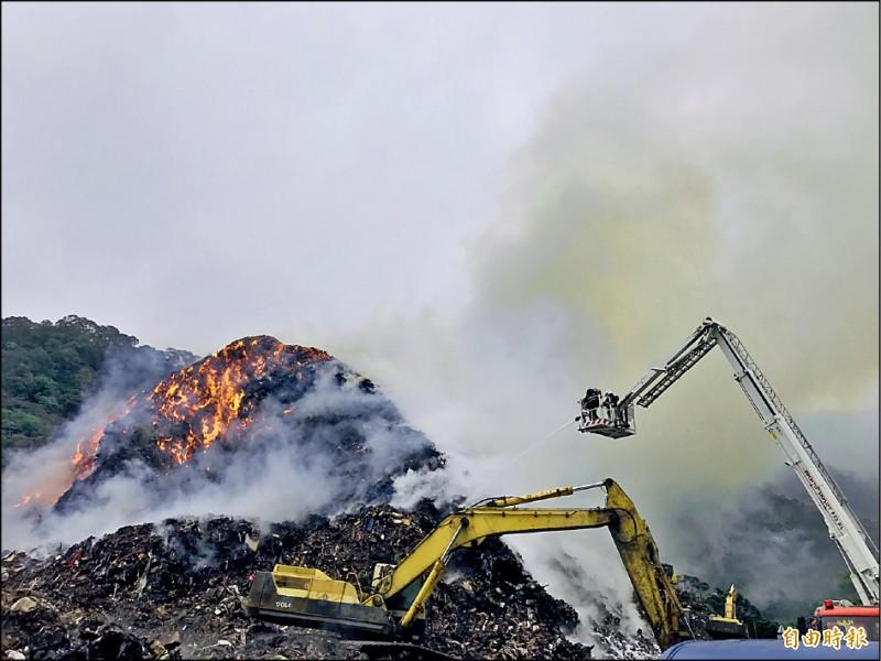 八里掩埋場2月28日發生火警,餘火持續悶燒。(記者周湘芸攝)