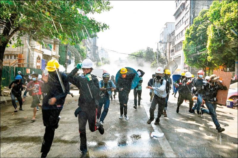 缅甸军警部队二日在东北部城镇卡尔(Kale),再次以实弹对付反对军事政变的抗议者,造成至少廿人受伤,其中三人命危。图为仰光的示威者躲避军警发射的催泪瓦斯。(法新社)(photo:LTN)