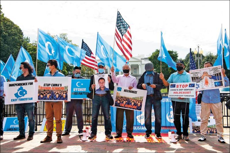 最新民调显示,美国人对中国好感度创新低,仅略赢伊朗、北韩。图为东突厥斯坦国家觉醒运动(ETNAM)成员去年十月一日中国国庆日当天,在美国白宫前抗议中国政府迫害新疆维吾尔族。(法新社档案照)(photo:LTN)