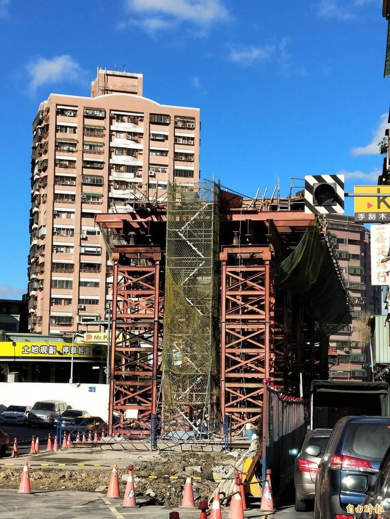 新北市政府捷運工程局指出,預計在2022年完工通車的安坑輕軌,工程進度不會受到鋼價上漲、缺工影響。(記者何玉華攝)
